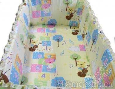 """Обиколник за бебешко легло """"Мече с цигулка в жълто"""""""